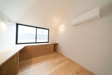 ぐるりとカウンターがお部屋全体に伸びています。