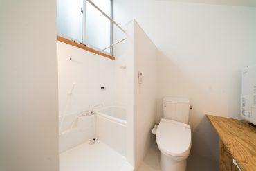 お風呂も天井が抜けていて開放的。