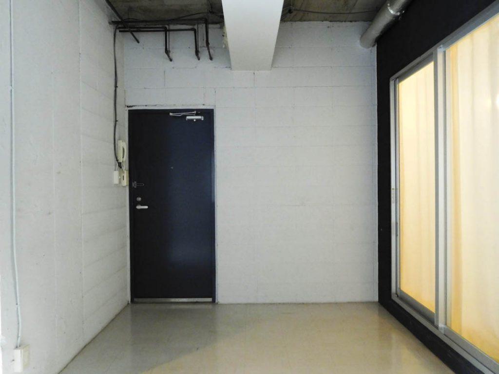 無駄がない。全くない。奥の扉がまさかの玄関です。