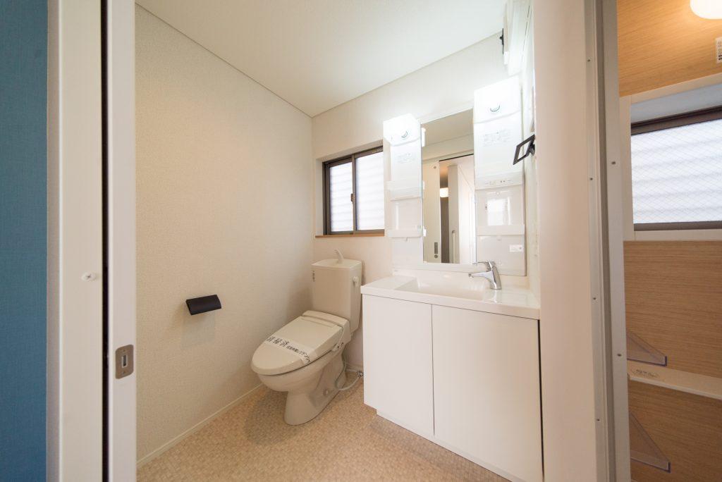 洗面とトイレが並ぶ脱衣室。