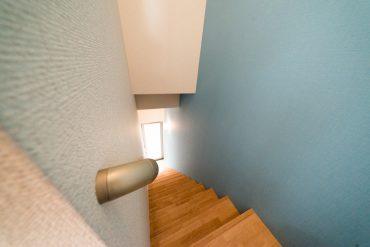 階段の壁は淡いブルー。
