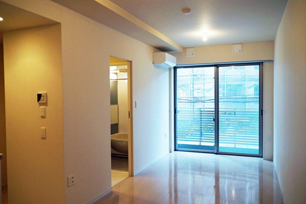 明るい床・壁と大きな窓で気持ち良い