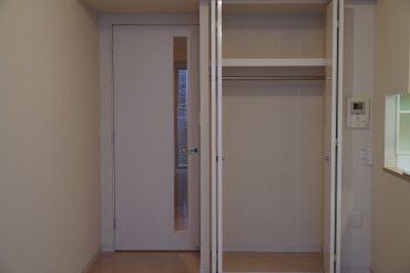居室のクローゼットはこれくらい。見せる収納と上手にバランスを。