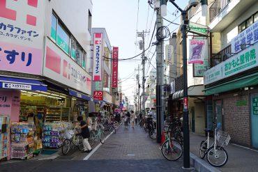用賀駅まで徒歩10分。駅ビルや商店街やスーパーなど、充実しています。