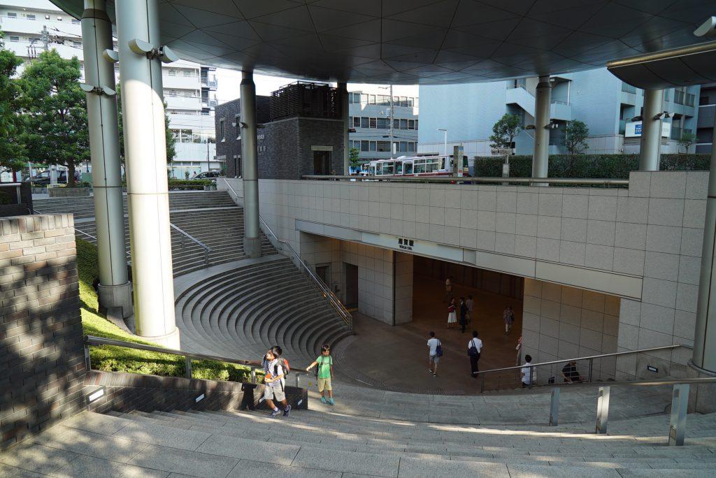 電車は東急田園都市線、バスで世田谷の各方面へ行けるなど、結構便利。