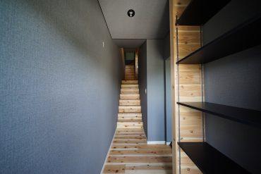 上階にのびる階段はこう。
