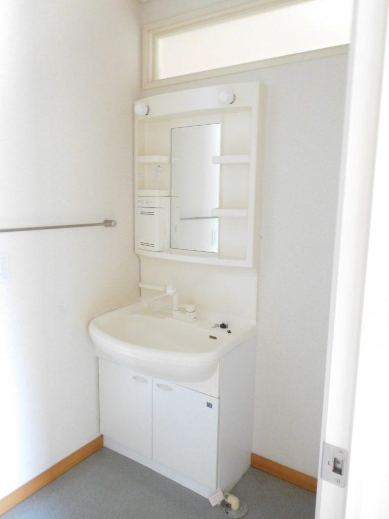 脱衣所の独立洗面台
