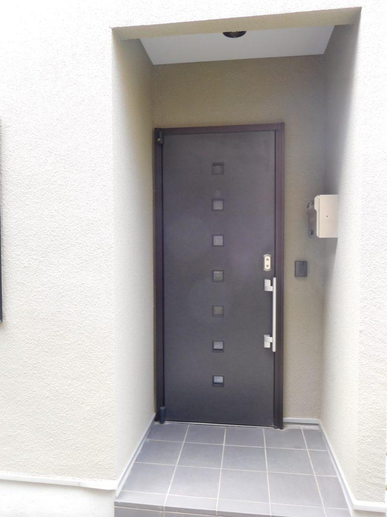 一見戸建ての雰囲気もある玄関