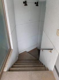 階段を下りると(外観)