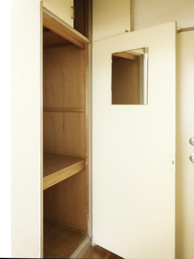 洋室にも小さな収納があります