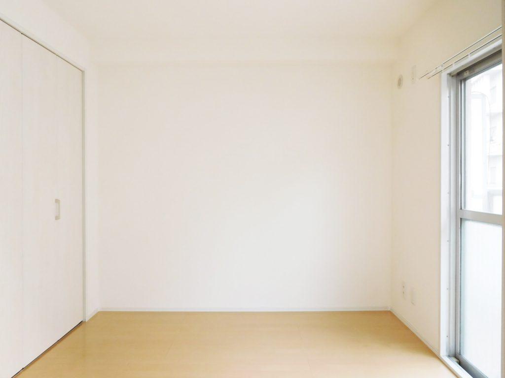 洋室はベッドスペースとしてじゅうぶんな大きさ