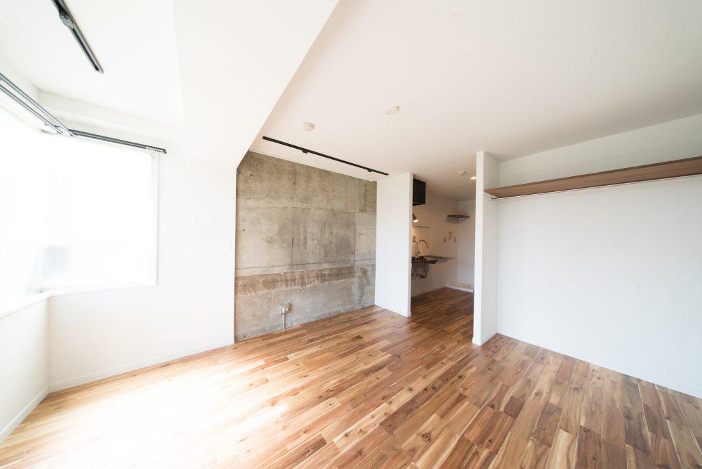 コンクリート打ち放しの壁がこのお部屋のポイント。