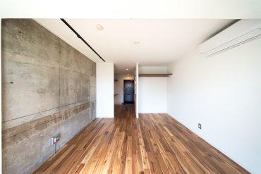 コンクリートと白の対比。床はアカシアの無垢フローリング。