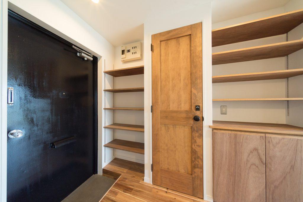 キッチンの向かいには、造り付けの棚があります。