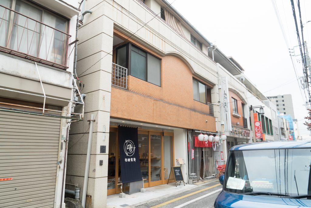 1階は松崎煎餅のカフェ。