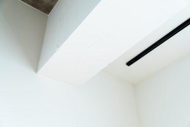 コンクリートの質感を残して白塗装