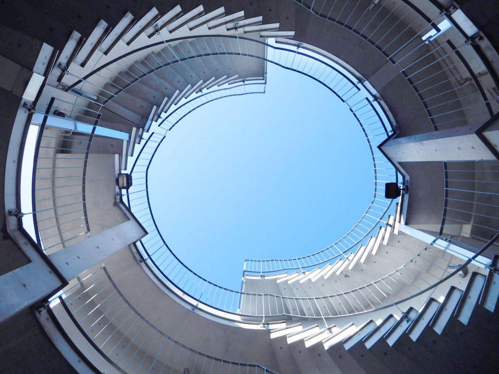 エントランスから共用部にはいると、ここにもダイナミックな建築美のらせん階段が。思わず見上げてしまう。