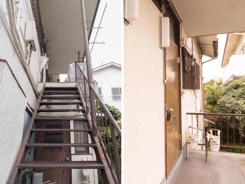 建物右のアプローチ先の階段を上がります。