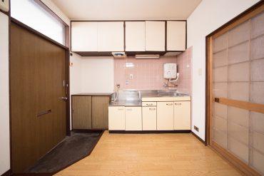 収納文句なし。年季の入ったキッチン。と下駄箱のついた玄関。