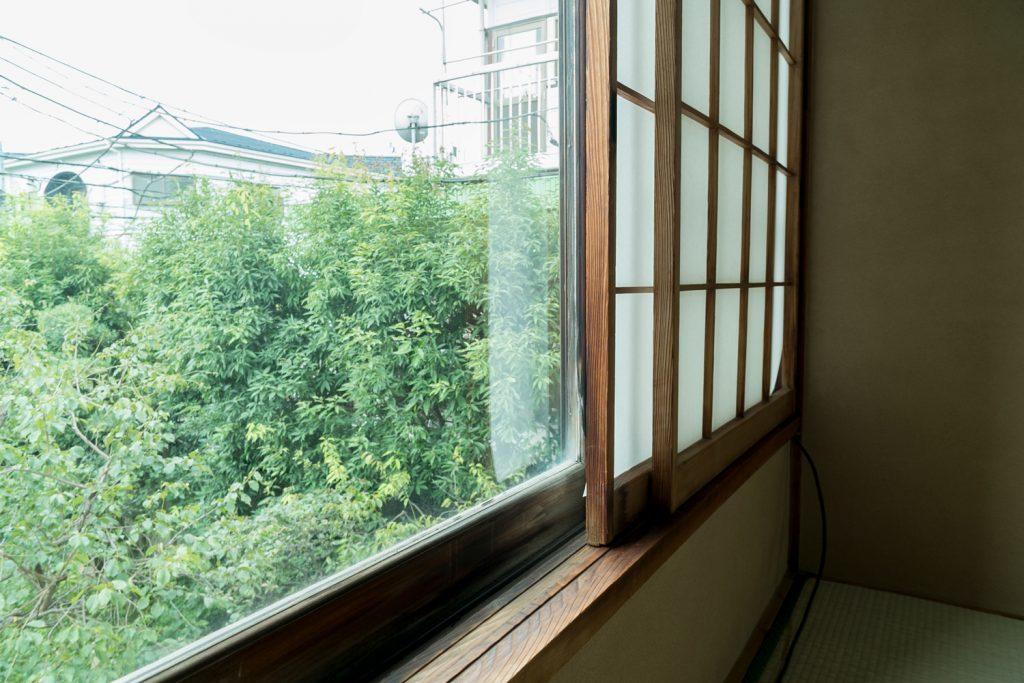 窓の外には梅の木のある庭が見えます。日本のこころですね。
