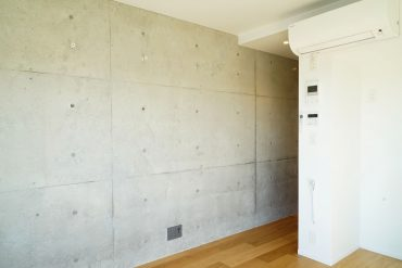 白を基調とした明るい素材使いに、打放しコンクリートがアクセントの内装デザイン。