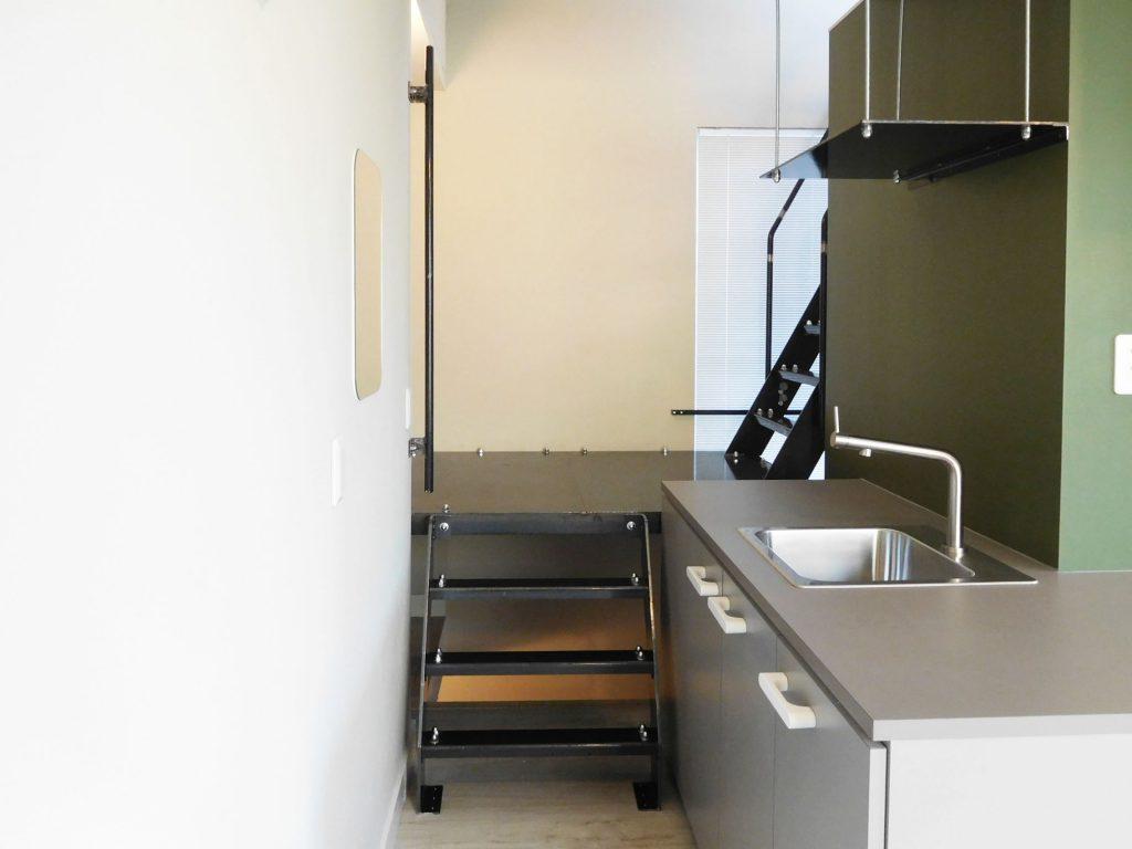 キッチン横から上へ上がる階段がふたつ見えますね〜おやおや