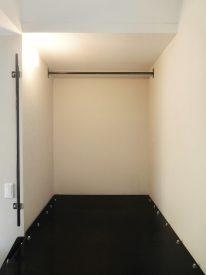 ひとつめの階段の先は、ぽかっと空いた収納スペース