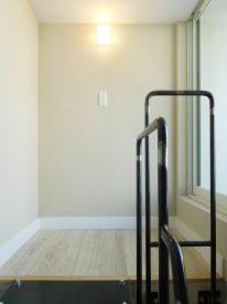 ふたつめの階段の先は、大きな窓があるスペース