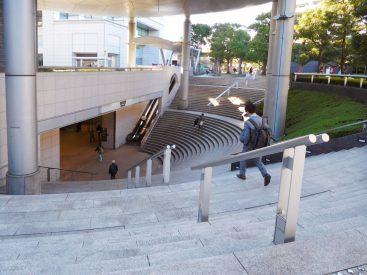 用賀駅も階段を上る形、でも上った先にはあなただけのオアシスが待っています