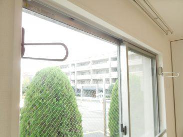 バルコニーがないので、洗濯物は窓辺に