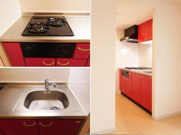 赤いアクセントのキッチンは2口ガスコンロ付き