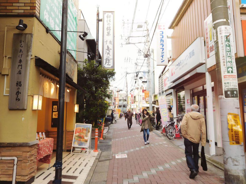 駅周辺の商店街は、地元の人でにぎわっています