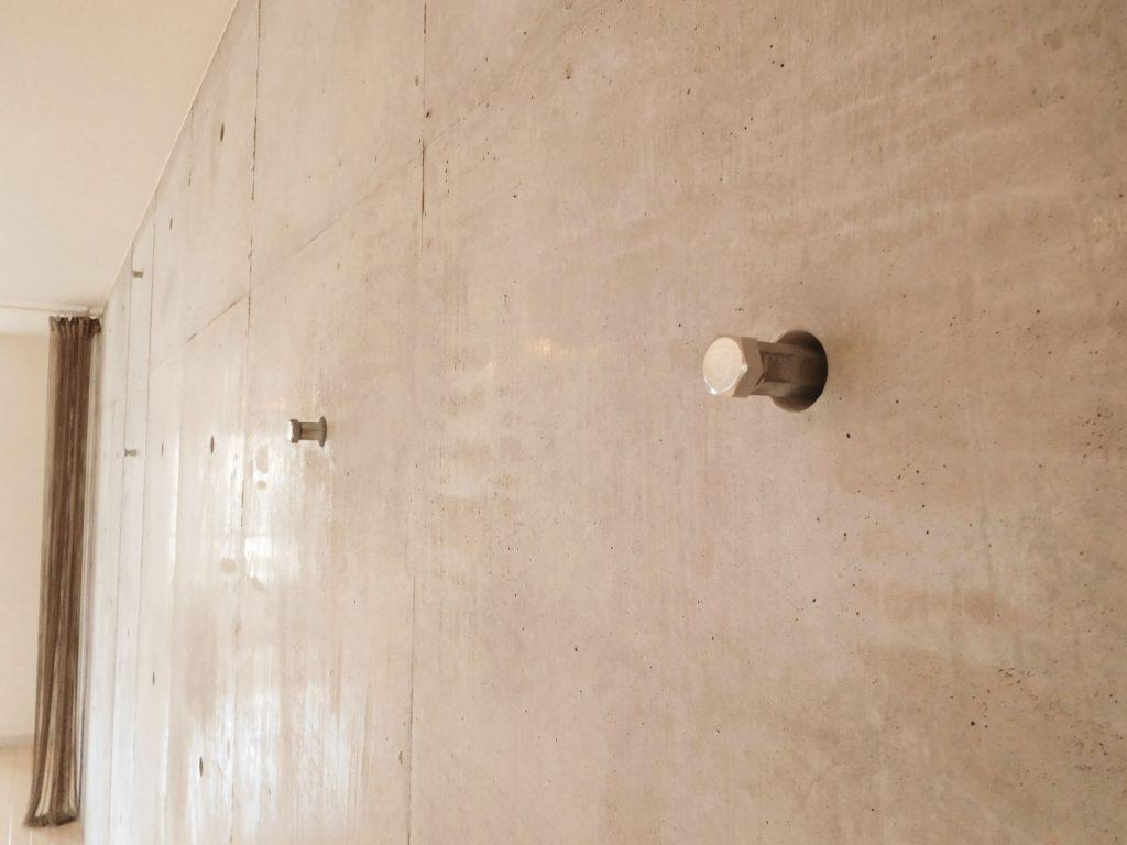 コンクリート面に掛けられるフックもついています