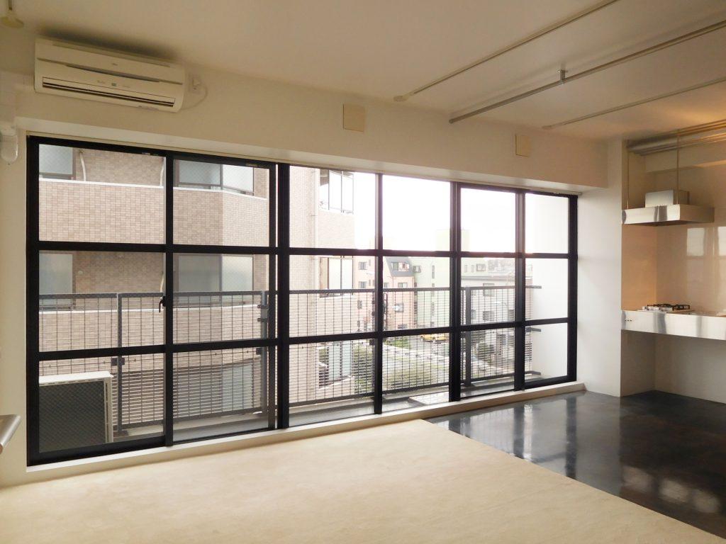 大きな黒ふちの窓が、お部屋の印象を引き締めています。