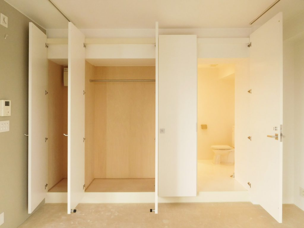 実は右側の扉だけ、お風呂・トイレなどの水まわりに続いています。