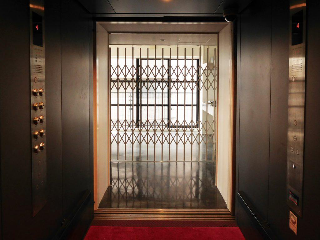 エレベーターからお部屋を見るとこんな感じ。部屋前はパーテーションで仕切られています。