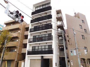 環状七号線と淡島通りとの交差点に建つマンションです。