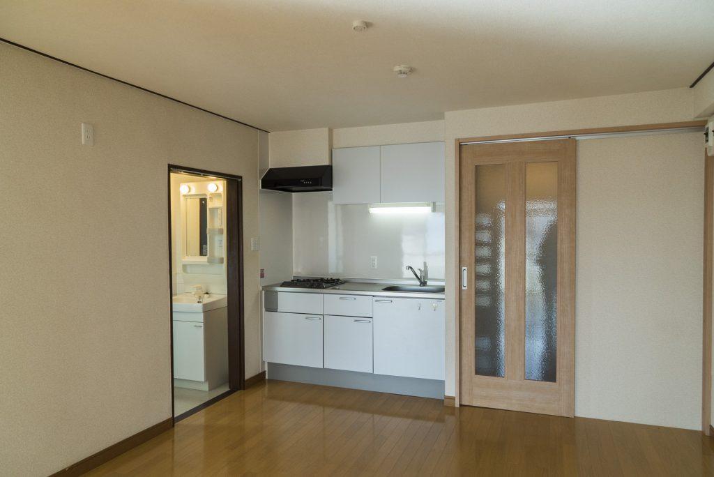 キッチンの隣にお風呂とトイレ(居間)