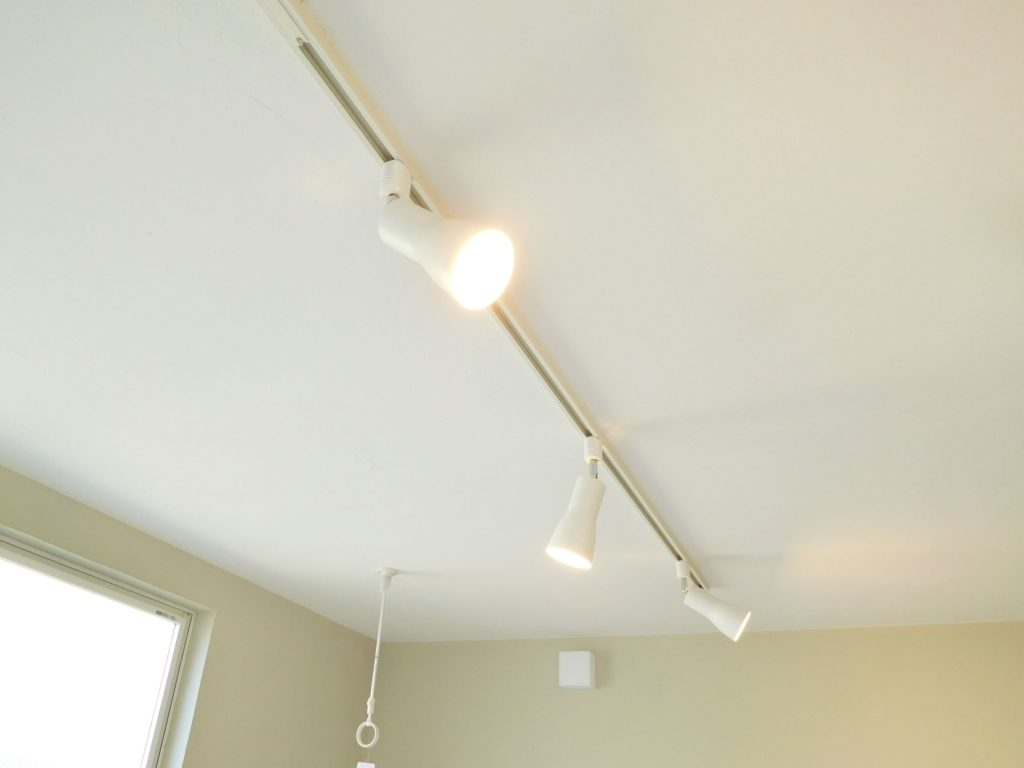 お部屋をぽっと照らす照明はスポットライト