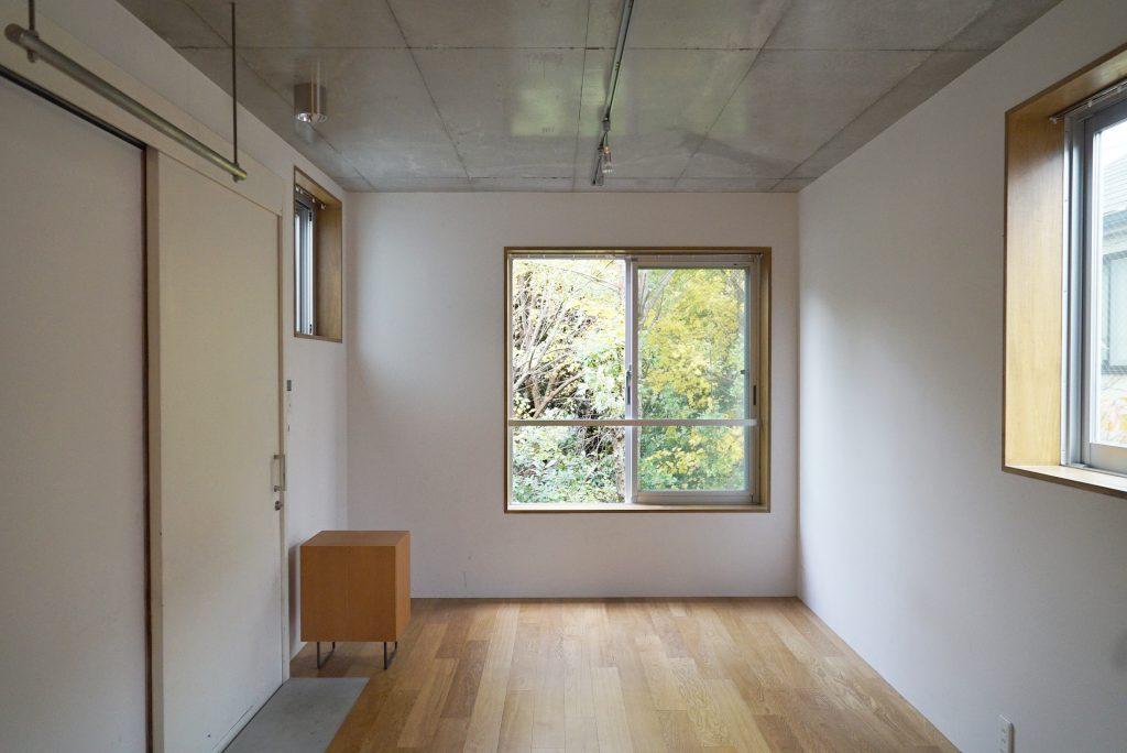 コンクリートの無骨さと、やわらかな木との共演が美しい内装。
