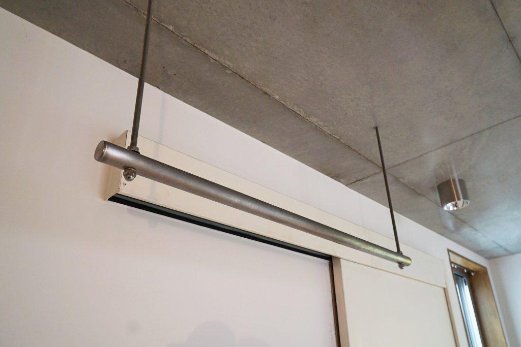 天井からさがるパイプハンガーには、洗濯物を干したりや洋服をおしゃれにディスプレイしてみたり。