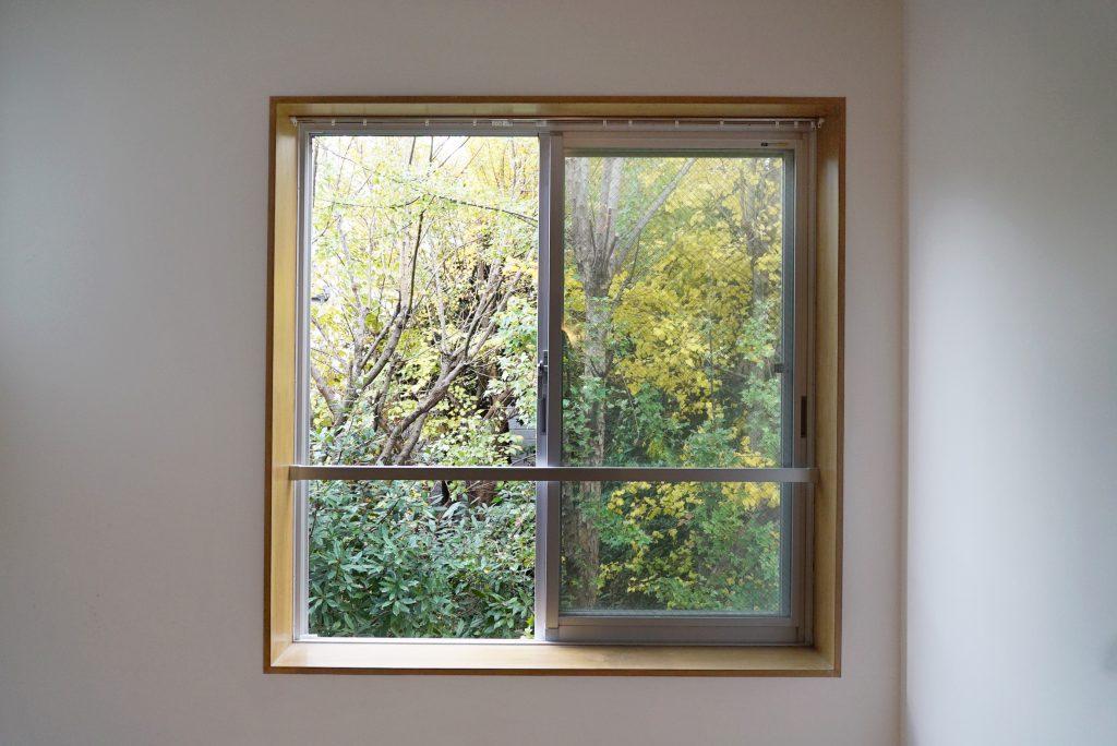 自然の四季が望める木枠の窓。
