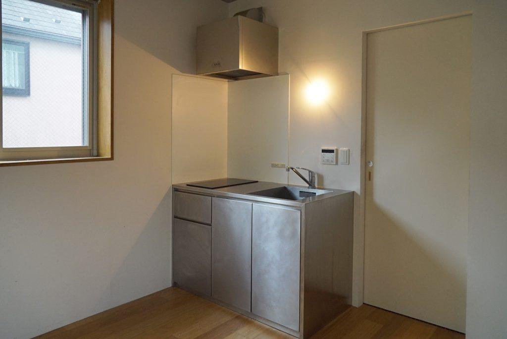 キッチンはステンレス製で、シンプルなもの。