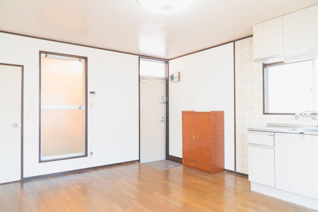 玄関横がバスルーム。脱衣所がないので工夫が必要です。