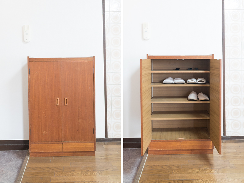玄関横に設置された木製のシューズボックス。