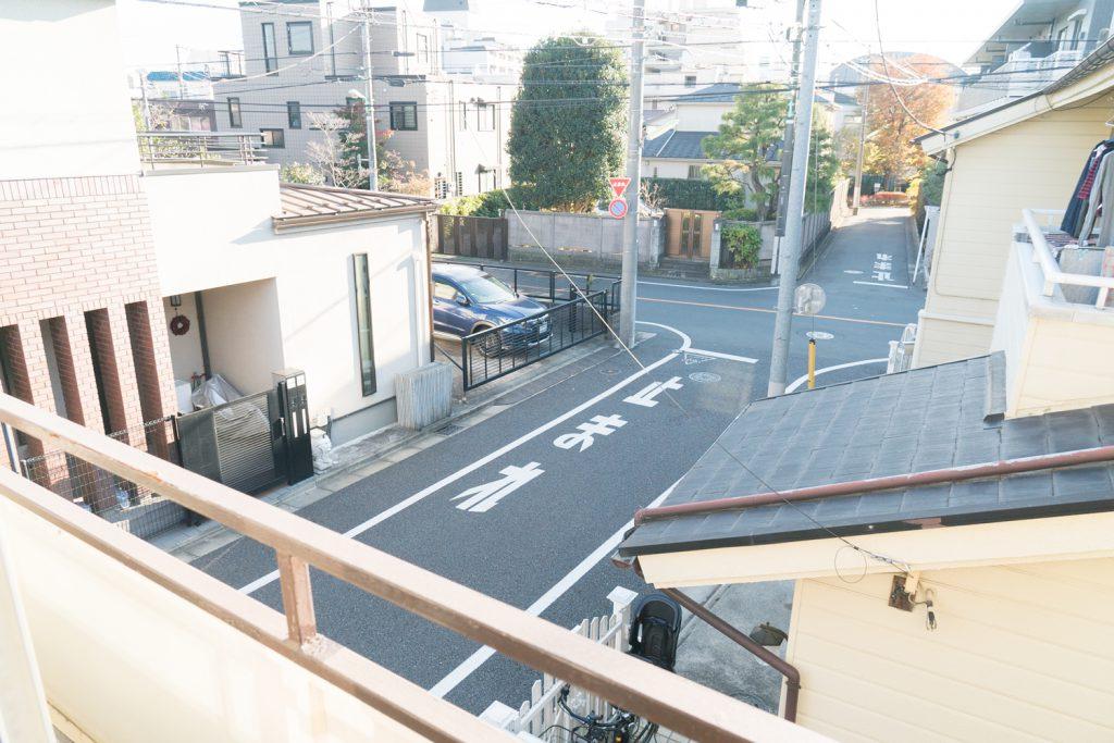 和室からの眺め。静かな住宅街が広がります。