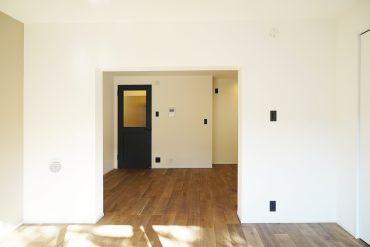 洋室はベッドスペースに。この日当たりで朝の目覚めも気持ちよさそう。
