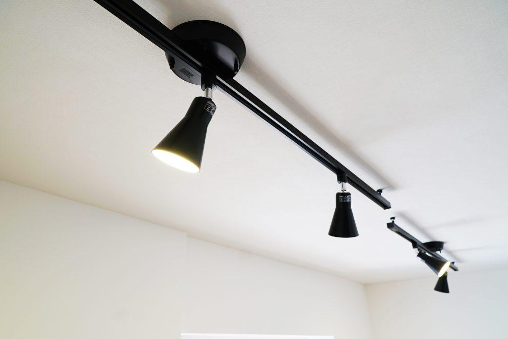 照明は、お部屋の印象を引き締めてくれる黒のスポットライト。