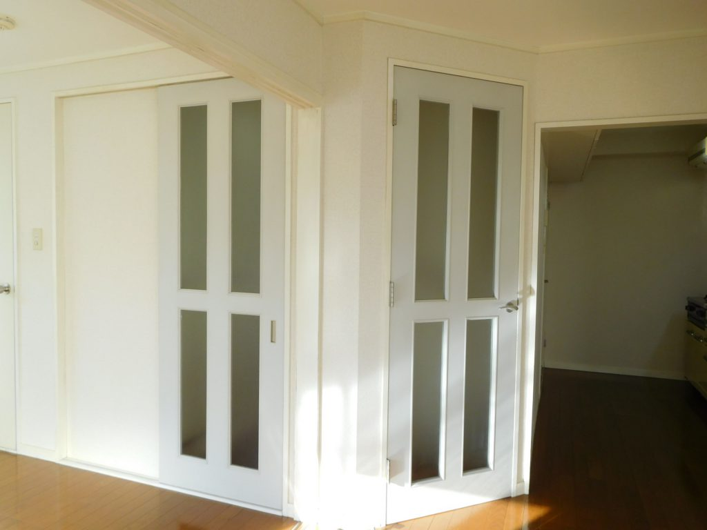 廊下から伸びる2つの扉