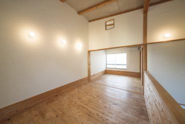 2階は高い天井に、無垢フローリングの魅力的な洋室。